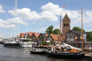 Vrijwel alle pittoreske Friese dorpjes zijn per boot bereikbaar