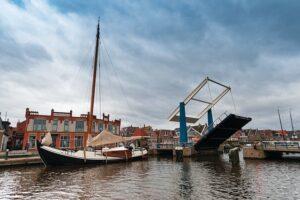 Historische zeilschepen in de haven van Lemmer