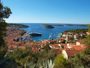 Diepblauwe zee, een fantastisch zeilklimaat en een prachtige cultuur. Zeilen in Kroatië heeft het allemaal.